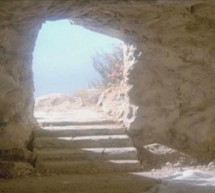 Điện Thoại Phúc Âm: Ngôi Mộ Trống và Sợi Tóc Nâu